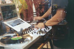 Hombre pasando música detrás de un vidrio acústico | Cristales Ebenor