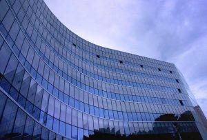 Vista de edificio curvo con frente de cristal | Cristales Ebenor